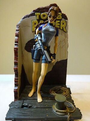 TOMB RAIDER Lara Croft Figur - Wet Suit - mit Diorama / Display Playmates