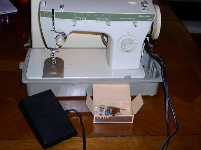 Singer Fashion Mate Model 252 Sewing Machine in Carrying Case