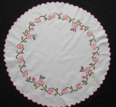 """Vng Used in excellent condition Hand embroidered round Tablecloth Flowers  29""""D"""