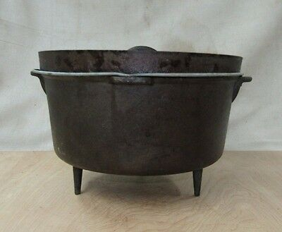 Vintage Cast Iron 3 Footed Camp Dutch Oven w/ Lid Unmarked