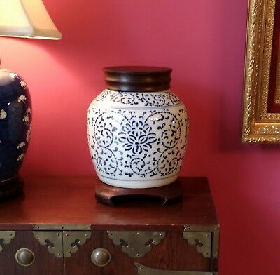antique style chinese porcelain jar cover base hand made hand decorated urn vase