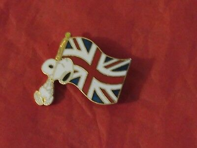 Snoopy Carrying United Kingdom Flag collectible Pin,Very good,United features