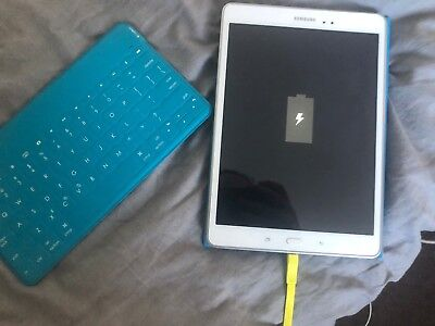 White Samsung Galaxy Tab A 9.7'' WIFI 16GB (SM-T550) with cover and keyboard