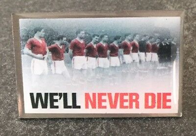 """Busby Babes Last Line Up """"we'll Never Die"""" Munich Air Disaster 1958 Pin Badge"""