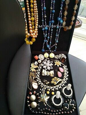 A lovely collection of Vintage Jewellery brooches necklaces earrings etc Job lot