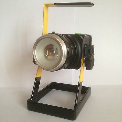 Projecteur Portable LED CREE XML-L2 ZOOM 30W / Etanche / Rechargeable 220V