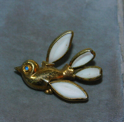 9a07c46885d VINTAGE AVON DOVE Pin / Brooch Bird Flying Gold Tone - $29.99 | PicClick