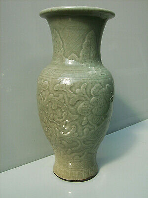 Chinese Longquan carved celadon porcelain vase 17th/18th century