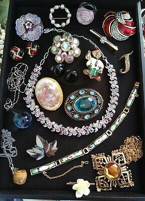 827ea890176 A beautiful collection of Vintage Jewellery brooches, necklaces etc job lot