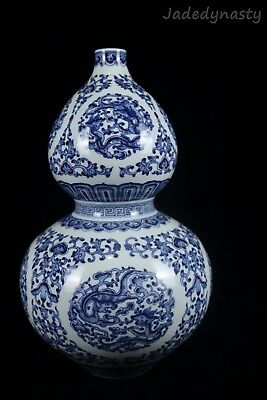 A Chinese Beautiful Blue and White Porcelain Dragons Gourd Vase
