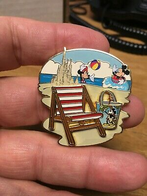 DISNEY PIN -  Mickey & Minnie Mouse Playing at the Beach