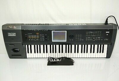 Korg Triton Extreme Black 61 key Keyboard Synthesizer in Excellent w/ Soft Case