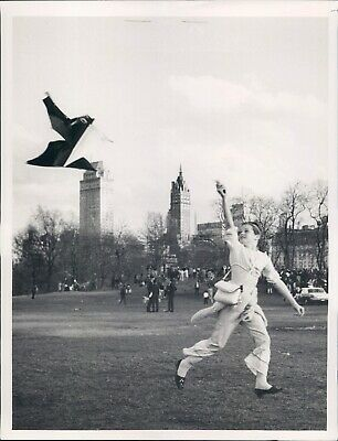1967 Photo NYC Patty Cason Central Park Sheep Meadow Fly Kite Running