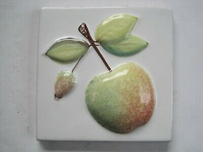 VINTAGE MARLBOROUGH 11 cms MOULDED & HAND-PAINTED TILE - APPLE ON WHITE