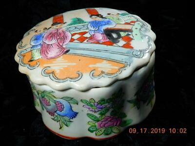 Chinese Round porcelain covered trinket box men and women Qianlong seal