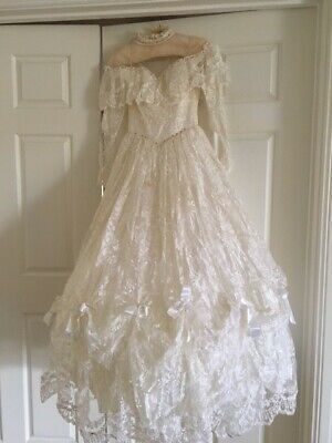Wedding Dress Size 8 Lace with scalloped skirt
