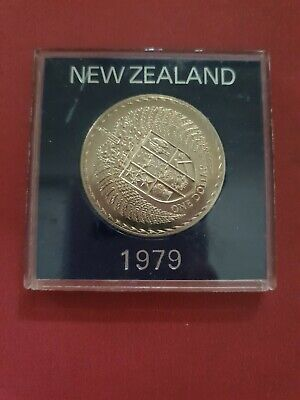 1979 New Zealand NZ $1 coin Crowned shield with two fern leaves encircling above