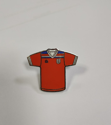 England 1982 Retro Classic Football Away Kit Enamel Souvenir Pin Badge - Red