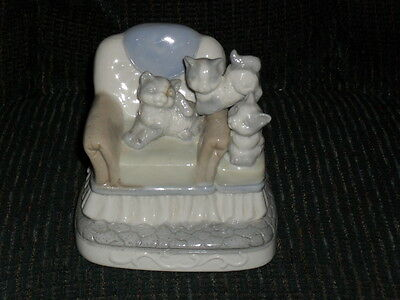 "4.5"" glazed porcelain 3 KITTENS on CHAIR FIGURINE blue & white"