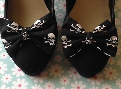 NEW PAIR BLACK WHITE SKULL CROSSBONES PIRATE PRINT COTTON FABRIC BOW SHOE CLIPs