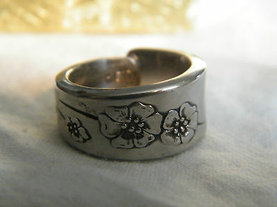 Collectible Silver Tone Band Ring Embossed Flowers Signed Style House Size 6