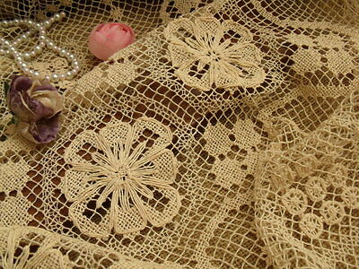 ANTIQUE SHABBY Vtg Filet Net Lace Table Runner Scarf Raised Flowers VICTORIAN