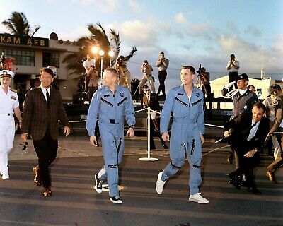 Gemini 8 Astronauts Neil Armstrong & Dave Scott In Hawaii - 8X10 Photo (Aa-298)