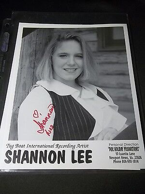 SHANNON LEE Signed AUTOGRAPHED 8X10 B&W PRESS PHOTO COUNTRY MUSIC ARTIST