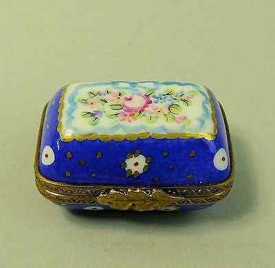 A FINE LIMOGES HAND PAINTED HINGED PORCELAIN TRINKET BOX 20th CENTURY