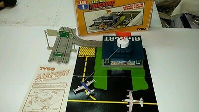 Tyco US1 Fedex Airport Action Station c/w 2 Planes,Track,sign (Very Nice Shape)!