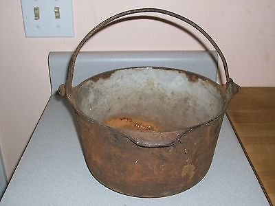 Cast iron bean pot, made by s.p. & co. vintage