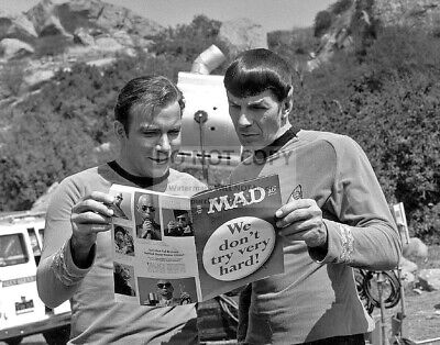 "William Shatner And Leonard Nimoy Enjoy ""Mad"" Magazine - 8X10 Photo (Zz-136)"