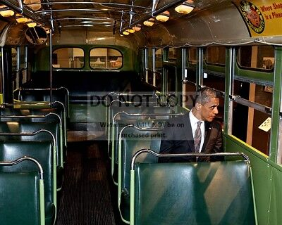 """President Barack Obama Sits On Seat In """"rosa Parks Bus"""" - 8X10 Photo (Dd-046)"""