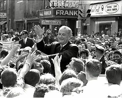 President Lyndon B. Johnson With Supporters In Des Moines - 8X10 Photo (Ee-064)