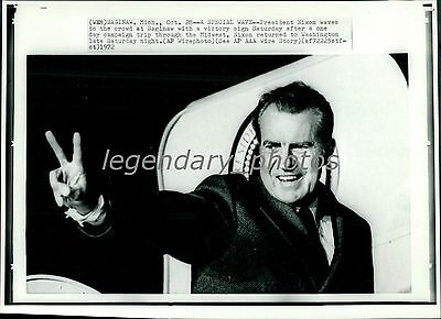1972 Richard Nixon Flashes Victory Sign Original New Service Photo