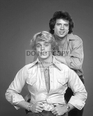 "8X10 PHOTO CC948 JOHN SCHNEIDER AND TOM WOPAT IN /""THE DUKES OF HAZZARD/"""