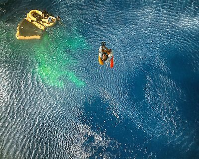 Gemini 11 Astronaut Pete Conrad Boards A Recovery Helicopter 8X10 Photo (Bb-827)