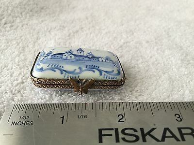Cute Porcelain Curio Box Or Pill Box With Lovely Classic Blue White Design
