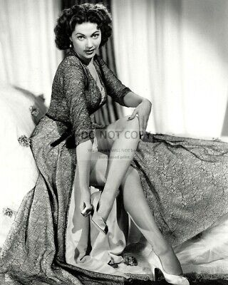 ACTRESS YVONNE De CARLO - 8X10 PUBLICITY PHOTO (OP-086)