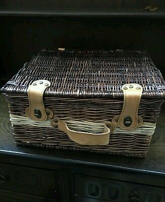 Wicker Picnic basket with accessories, very nice, vintage, house clearance
