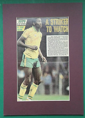 """JUSTIN FASHANU - NORWICH CITY & ENGLAND - SIGNED PICTURE DISPLAY 14"""" x 10"""" MOUNT"""