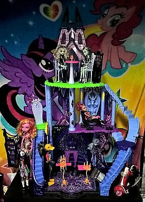 Monster High Catacombs Playset + Dolls & Accessories