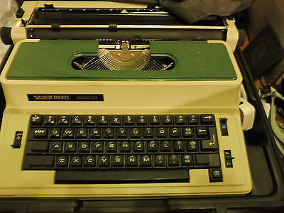 Vintage Typewriter 'Silver-Reed 2600CR' in Case