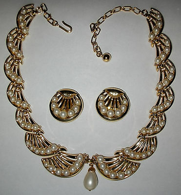 BEAUTIFUL Vintage CROWN TRIFARI Pearls Collar Style Necklace & Clip Earrings
