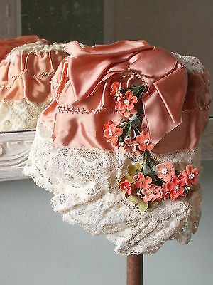 1920s ABSOLUTELY BEAUTIFUL LADIES CLOCHE HAT. DECORATIVE SATIN AND LACE.