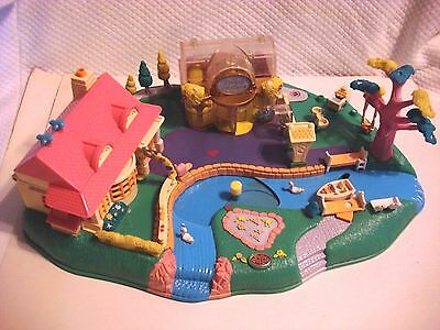 1996 BlueBird Toys Polly Pocket Magical Movin Pollyville Boutique Playset