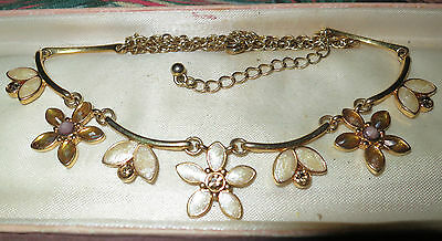 Pretty vintage 1970s goldtone necklace with daisy and rhinestones