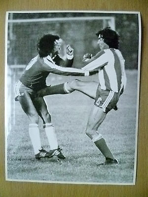 100% Press Photo- 1981 WC Qualifying CHILE v PARAGUAY; Manuel Rojas & Defender