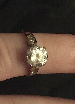 9ct gold zorconia ring (1 big stone, 3 small srones, 1 missing)