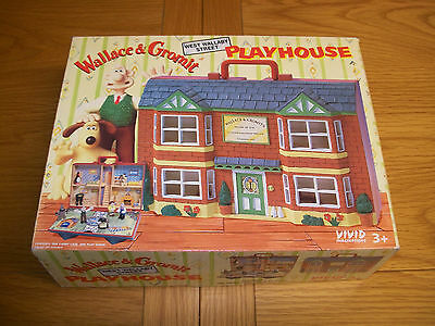 ** WALLACE & GROMIT PLAYHOUSE and 6 FIGURES - BOXED **